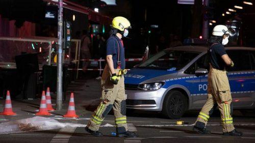 Bei einem Angriff mit 30 Schüssen in Berlin wurden drei Männer schwer verletzt. dpa