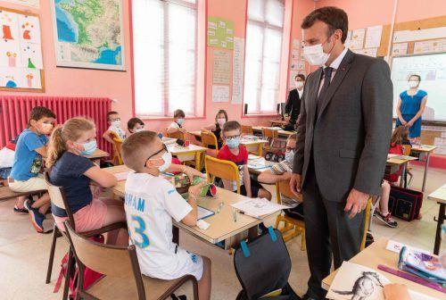 Bei einem Besuch in Poix de Picardie tauscht sich Frankreichs Präsident Emmanuel Macron mit Volksschülern aus. AFP
