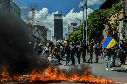 Bei einem Protest gegen die kolumbianische Regierung in Medellín blockieren Demonstranten eine Straße. AFP