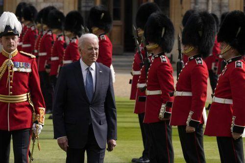 Bei strahlendem Wetter schritt Biden die Ehrengarde ab. AP
