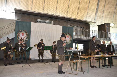 Bezirksjägermeister Manfred Vonbank (l.) gab einen ausführlichen Bericht über das vergangene Jagdjahr im Bezirk Bludenz.DOB