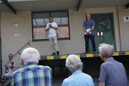 Bgm. Peter Böhler und Friedrich Schneider, Obmann des Dorfgeschichtevereins, begrüßen die Gäste zur Präsentation der Stelen.