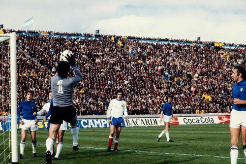 Bild vom WM-Spiel 1978, als sich Italien und Frankreich gegenüberstanden. Im Bild rechts Frankreichs späterer Europameister Michel Platini. Italien gewann das Spiel 2:1.afp