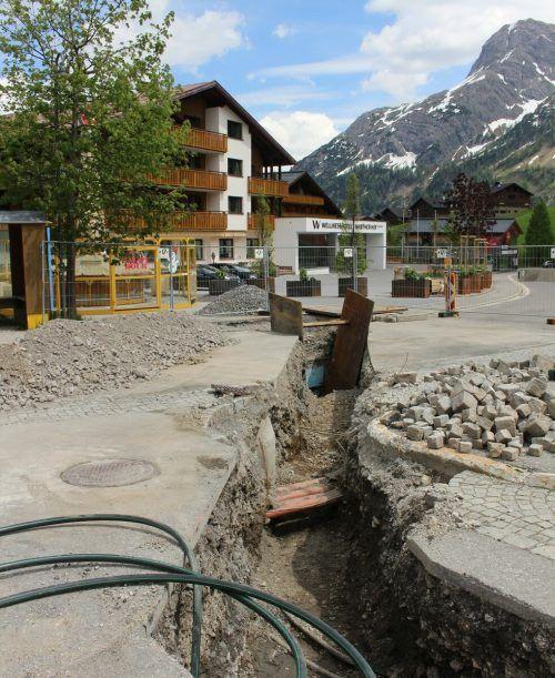 Biomasse-Heizanlage im Warther Hof (hinten) wurde so konzipiert, dass Nahwärme ins Hotel Steffisalp geliefert werden kann.