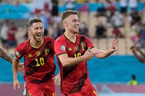 Brüderjubel bei Belgien: Eden Hazard (l.) freut sich mit Thorgan über dessen Treffer zum 1:0-Sieg gegen Portugal.apa