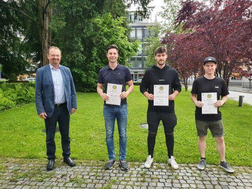 Bürgermeister Rainer Siegele mit Roman Neugebauer (1. Platz), Felix Bereuter (2. Platz) und Tibor Sauter (Platz 4). Vorarlberger Gemeindeverband