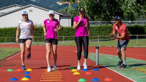 Christine Scheyer, Ariane Rädler und Nina Ortlieb hören auf die Instruktionen von Athletiktrainer Steve Gesslbauer.GEPA