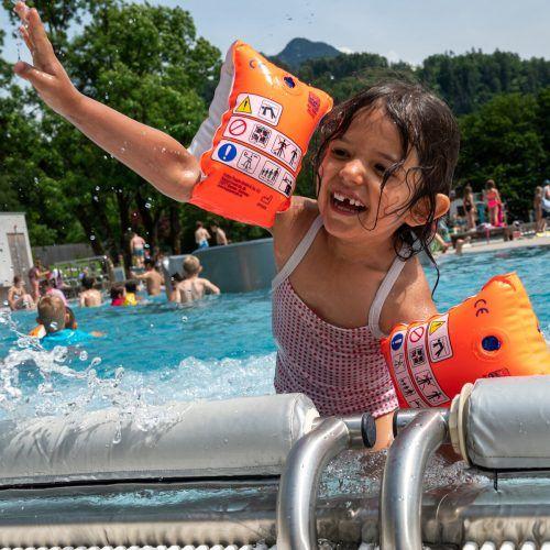 Clea (13, o.) aus Lustenau zeigt im Parkbad, wie man sich elegant ins Wasser stürzt. Amy (5, r.) aus Bludenz planscht am liebsten im Val Blu.