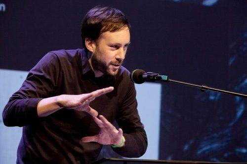 Daniel Falb präsentiert Kostproben aus seinem Gedichtband.Tineke de Lange
