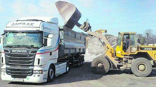 Das Harder Unternehmen Antrak Logistik ist unter anderem auf Transporte mit Schubboden-Lkw spezialisiert. antrak