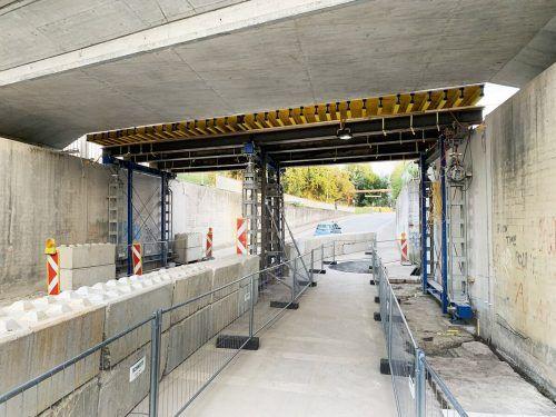 Das Lehrgerüst für den Neubau der Bahnbrücke benötigt einen stabilen Stützpfeiler.