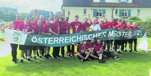 Das Meisterteam des Alpla HC Hard nach dem siebten Titelgewinn in der Vereinsgeschichte und der zehnstündigen Busfahrt aus Wien bei der schaumgebremsten Meisterparty in der Gartenlaube von Masseur Martin Maier. JD