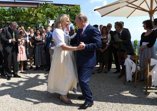 Dass Kneissl auf ihrer Hochzeit mit Putin tanzte, sorgte für Aufsehen. APA