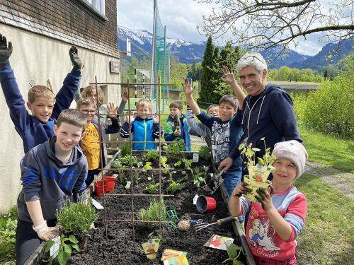 Den Volksschülern macht das gemeinsame Gärtnern sichtlich Spaß.lcf
