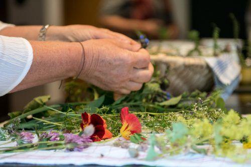 Der achtsame Umgang mit der Natur und ihren kostbaren Schätzen ist für die passionierte Kräuterexpertin das Um und Auf ihrer Arbeit.