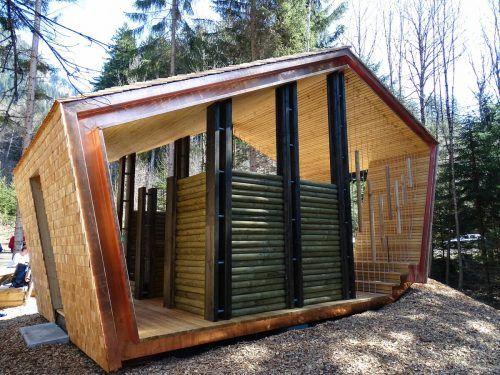 Der außergewöhnliche Holzbau der Klangraststätte Hellwald verfügt über ein einfaches Stecksystem, mit dem man die Wände aufziehen kann, sowie Klanghölzer an der Seite. Stadt Bludenz
