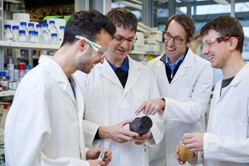 Der Bregenzer Forscher Robert Grass (2. v. r.) und sein Schweizer Kollege Wendelin Stark (3. v. r.) erhielten den begehrten Europäischen Erfinderpreis. Troll
