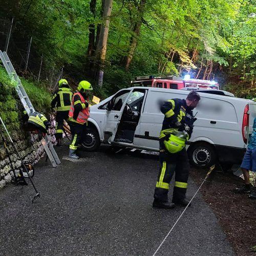 Der erheblich beschädigte Transporter wurde von der Feuerwehr Götzis geborgen.Feuerwehr Götzis