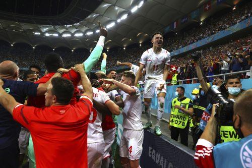 Der Jubel kannte kein Ende, die Spieler der Schweiz feierten ihren Sieg über Frankreich minutenlang mit den mitgereisten Fans im Stadion.Reuters/2