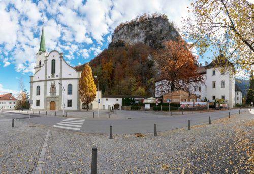 Der Platz vor der Kirche St. Karl in Hohenems wird in den kommenden Monaten umgestaltet, für die Anrainer bringt das Einschränkungen mit sich. Stadt