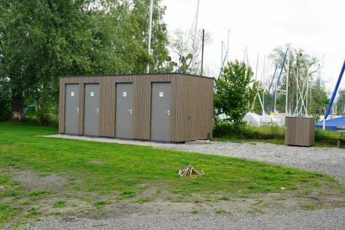 Der neue Sanitärcontainer wurde erweitert, mit Holz verkleidet und ist zudem nun barrierefrei erreichbar.