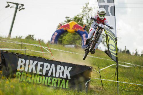 Der Schweizer Noel Niederberger auf dem Weg zum Gesamtsieg beim IXS European Downhill Cup im Bikepark Brandnertal. Veranstalter