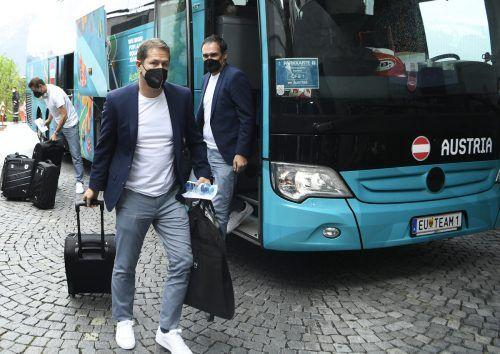 Der Teamchef geht voran. Auch bei der Ankunft in Seefeld war Franco Foda der Erste der ÖFB-Delegation, der den Teambus in Richtung Hotel-Loge verließ. apa/3