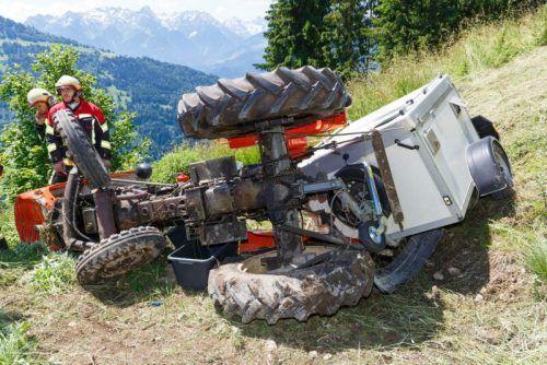 Der Traktor kam auf einer steilen Wiese seitlich liegend zum Stillstand.hofmeister