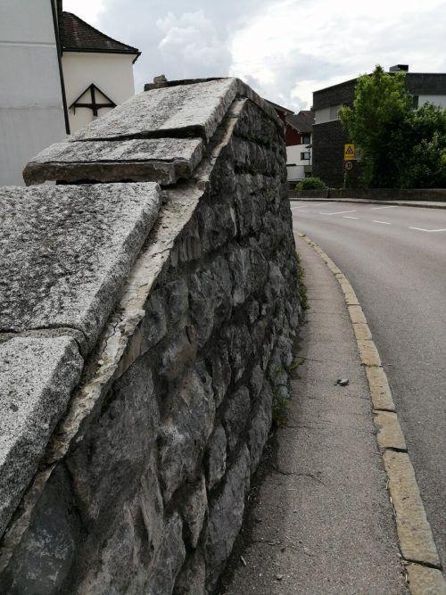 Die Abdeckung der Kirchenmauer wurde schwer beschädigt.Pfarre