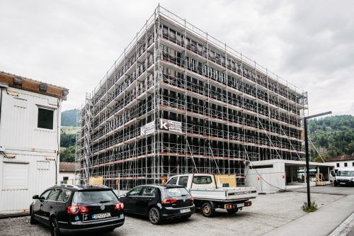 Die Arbeiten am neuen Energiecampus der illwerke in Rodund verlagern sich nun ins Innere des Neubaus. VN/Sams