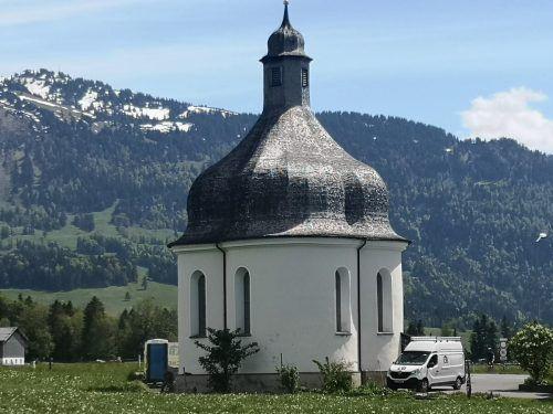 Die barocke, denkmalgeschützte St. Anna-Kapelle steht am Ortseingang von Lingenau und wird derzeit renoviert. me
