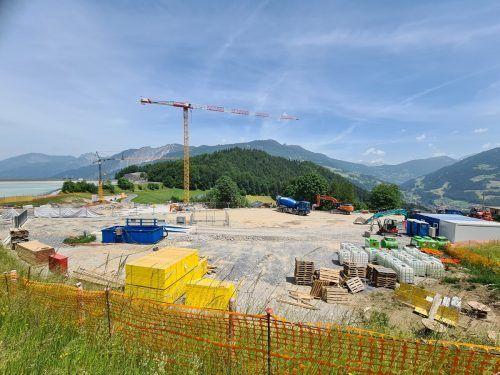 Die Baustelle des neuen Falkensteiner Hotels in Latschau: Die Baufahrzeuge dürfen künftig nur noch 30 km/h auf der Latschaustraße fahren. VN/JUN