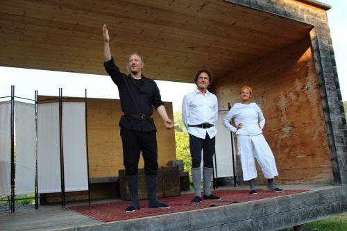 Die Compagnie Tá Panta Rhei – in diesem Stück bestehend aus Andreas Simma, Roman Maria Müller und Adriana Salles – auf der Bühne im bugo-Garten.Heilmann