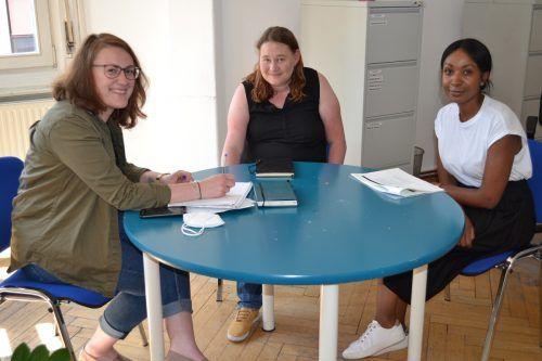 Die drei Caritas-Mitarbeiterinnen Jennifer Schacherl, Elisabeth Meusburger und Maureen Motwaro (v.l.) kennen die Herausforderungen der Flüchtlingshilfe aus ihrer täglichen Arbeit.Caritas