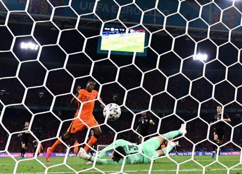 Die Entscheidung in der Johan-Cruyff-Arena. Einen Hochgeschwindigkeits-Konterangriff schließt Denzel Dumfries mit dem zweiten Treffer für die Niederlande ab.Reuters
