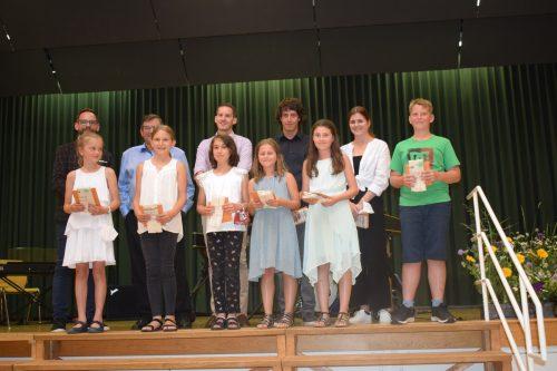 Die erfolgreichen Musiker wurden mit einem Präsent belohnt.Musikschule