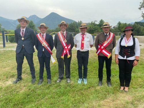 Die Familie Bösch präsentiert mit Stolz ihre Medaillenausbeute, die sie bei den österreichischen Meisterschaften gemacht hat.