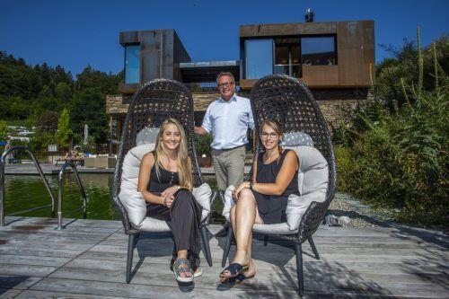 Die Familie Morik vom Alpencamping Nenzing: KMU-Preisträger 2020 (mit Juror Christoph Gerster).vn