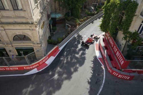 Die Ferraris von Charles Leclerc und Carlos Sainz legten in Monaco zu, bestätigten den Aufwärtstrend auch am ersten Trainingstag in Baku. ap