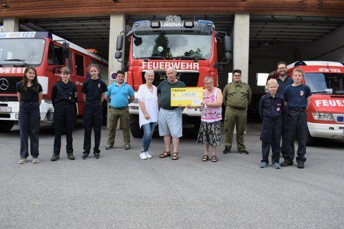 Die Feuerwehrjugend übergab ihre großzügige Spende an die Betreuten und Leiterin Anita Sailer vom Wohnhaus der Lebenshilfe.me