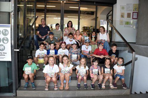 ... die Kinder der 3b-Klasse mit der Pädagogin Susanne Frick und dem Pädagogen Andreas Gantner.