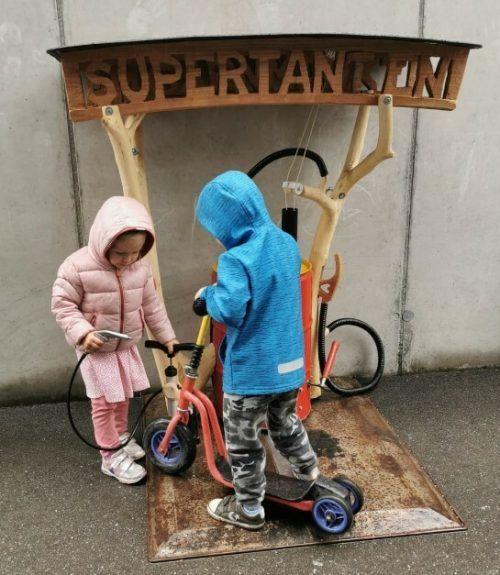 """Die Kinder haben die """"Tankstelle"""" schon in Betrieb genommen. Auch die Pädagoginnen freuen sich über das selbst gebastelte Geschenk. Marktgemeinde"""
