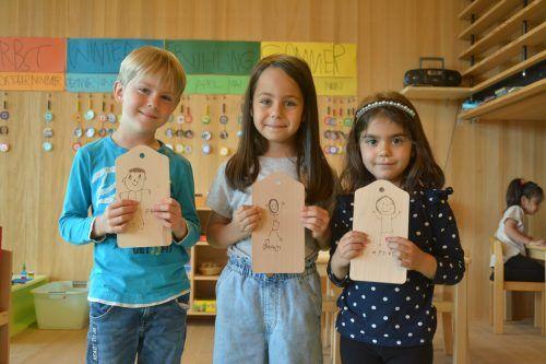 Die Kinder vom Kindergarten Rheindorf sind für den Vatertag bestens vorbereitet. Magnus (6, v.l.), Talia (6) und Ayse (5) zeigen stolz ihre Werke.bvs (2)