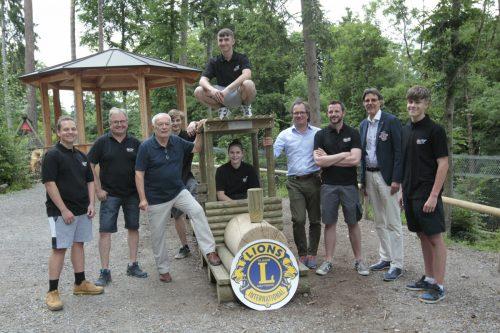 Das neue Spielgerät konnte vor Kurzem von der Firma König und Dieter Haid vom Lions-Club an Wildpark-Präsident Wolfgang Burtscher übergeben werden. Meusburger