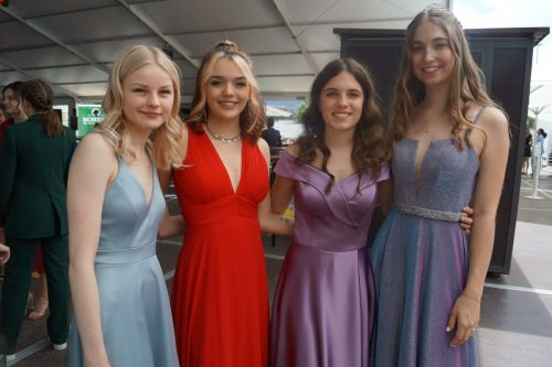 Die Maturantinnen kamen im festlichen Kleid zum Valet.