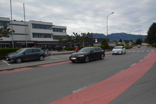 Elterntaxis und die Rotkreuzstraße sorgen für viel Verkehr. bvs