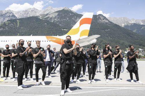 Die Nationalspieler bei ihrem Empfang am Flughafen in Innsbruck, müde, enttäuscht und auch stolz.gepa