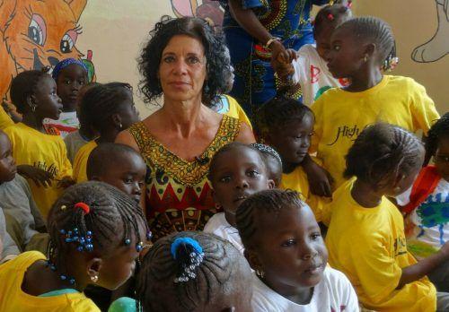 """Die Obfrau vom Verein High Life Kids mit """"ihren"""" Kindern im Einsatzort Mbour. HLK, HRJ"""