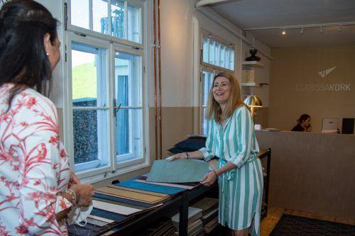 Die Palette umfasst mittlerweile dreizehn verschiedene Farben. Auch die Tischsets werden in der Manufaktur im Bregenzerwald handgefertigt.