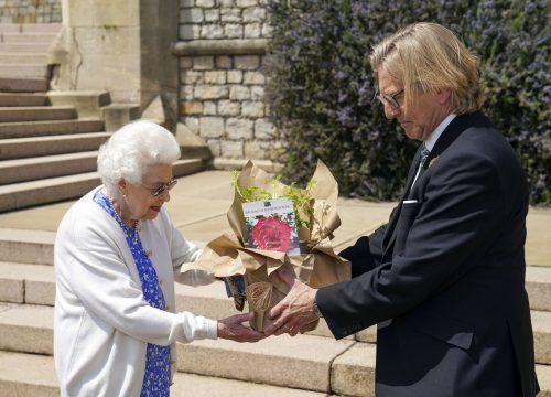 """Die Royal Horticultural Society übergab der Queen die """"Duke of Edinburgh""""-Rose.AP"""